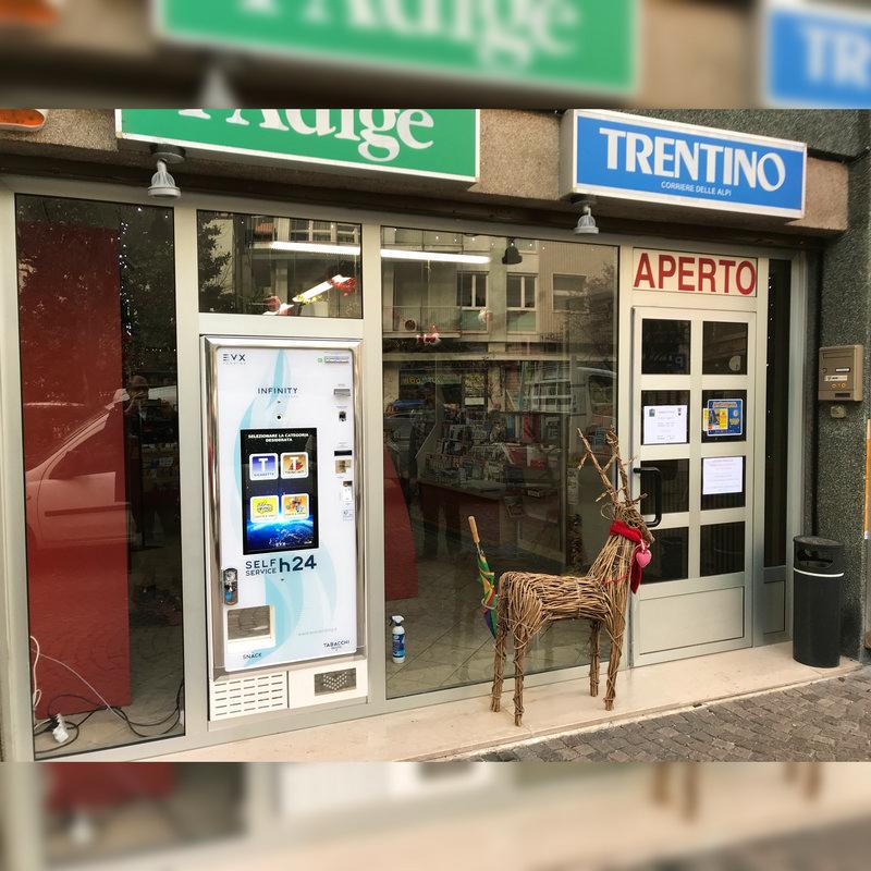 Installazione a vetrina del distributore di sigarette Infinity Store