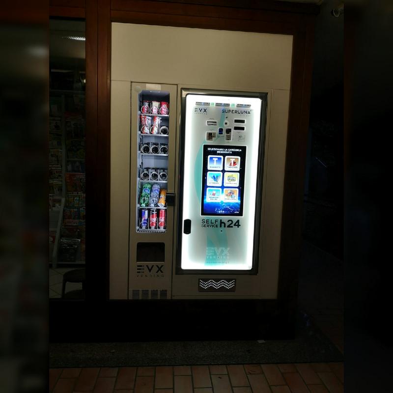 Installazione a vetrina del distributore di sigarette Superluna +Plus con Friigo