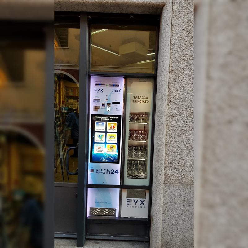 Installazione a vetrina del distributore di sigarette Thin +Plus con friigo